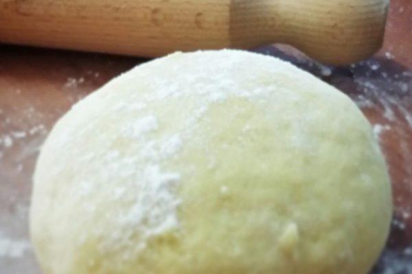 Trasferite il tutto su un piano di lavoro. Lavorate il composto fino ad ottenere un'impasto liscio e sodo come quello della pasta all'uovo. Mettete l'impasto coperto con la pellicola trasparente in frigo a riposare.