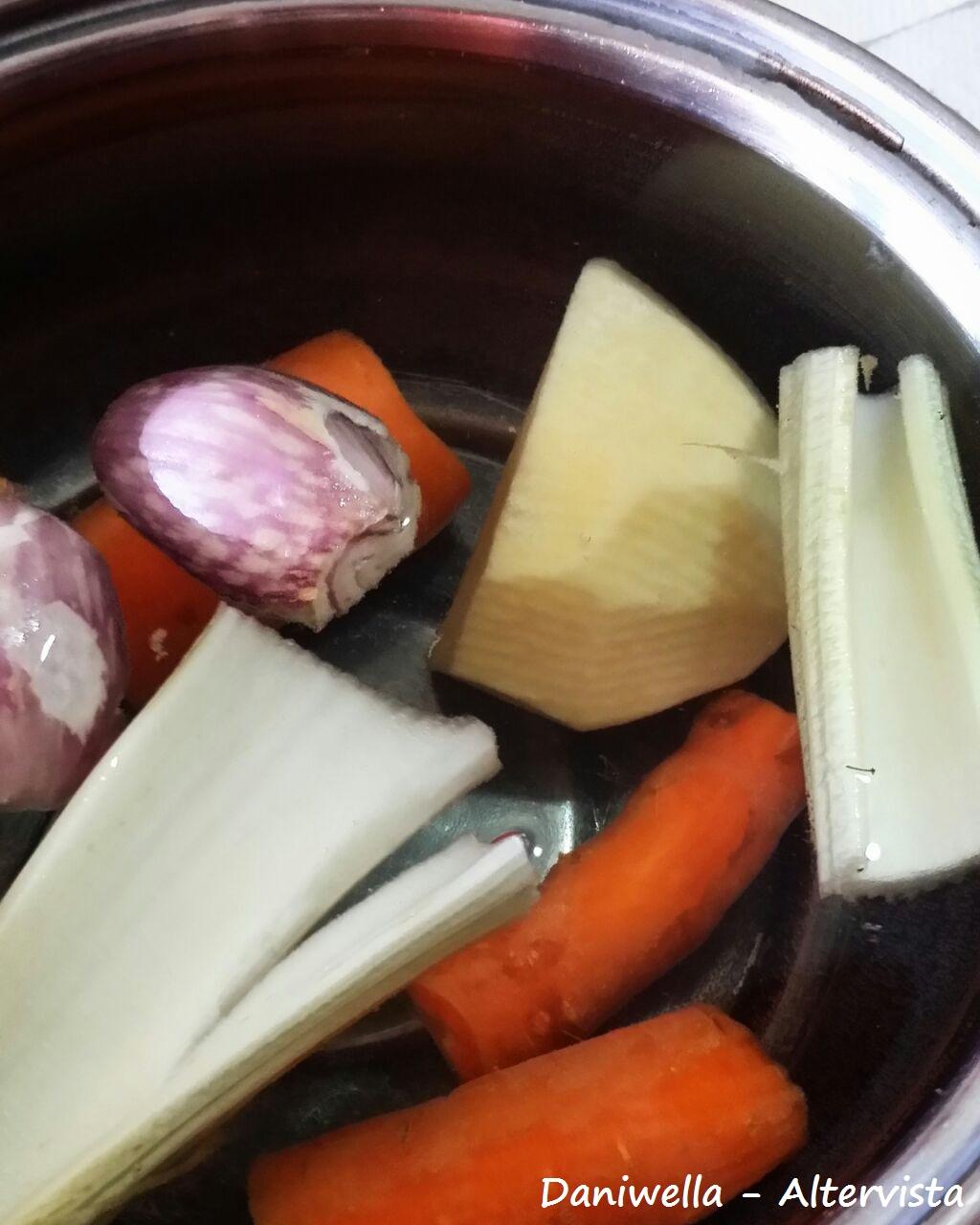 Se non volete usare il dado, procedete portando a bollore 1 litro d'acqua con le verdure per il brodo vegetale, appena comincia il bollore abbassate la fiamma e coprite con il coperchio e fate sobollire per 30 minuti, dopo di che salate.