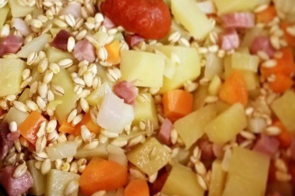 Dopo 1 minuto aggiungete l'orzo e il concentrato di pomodoro fatelo tostare per qualche minuto come per un risotto.