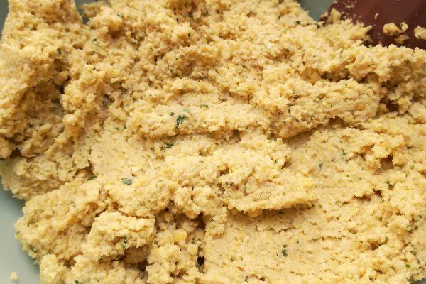 Passato il tempo necessario sgocciolateli, asciugateli e trasferiteli all'interno di un mixer con l'aglio spellato, privato dell'anima centrale e tritato, la cipolla affettata, le foglie dei 2 ciuffi di prezzemolo, il bicarbonato, il cumino, la paprika, il coriandolo, il sale e il pepe. Frullate, versando a filo l'olio extra vergine di oliva. Mettete il composto in una ciotola a riposare in frigorifero per 2 ore.