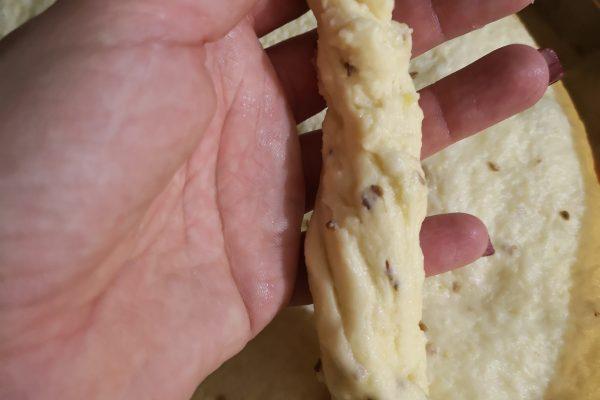 Mettete a scaldare l'olio in una pentola dai bordi alti, per rendervi conto che è caldo al punto giusto, prelevate un pezzetto di impasto, se appena lo immergete l'impasto frigge, l'olio è pronto. A questo punto ungetevi le mani e date la forma ai torcinelli, prelevate 5/6 pezzetti di impasto alla volta,  attorcigliateli e immergeteli nell'olio.