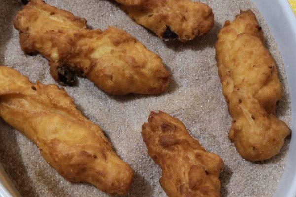 Immergeteli subito nello zucchero semolato misto a cannella, fino a che siano ben ricoperti.