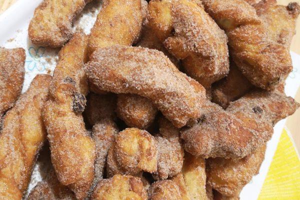 Impilateli uno sopra l'altro man mano che li tuffate nella mistura di zucchero e cannella.