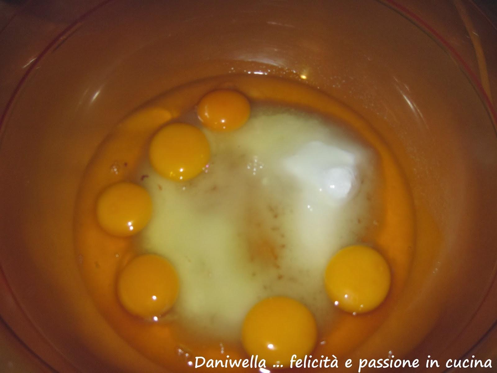 Imburrate e infarinate lo stampo per il Pan di Spagna. Setacciate la farina con il lievito e la vanillina per 3 volte. Accendete il forno alla temperatura di 170/160°. In una ciotola montate le uova, lo zucchero e il sale per 20 minuti.