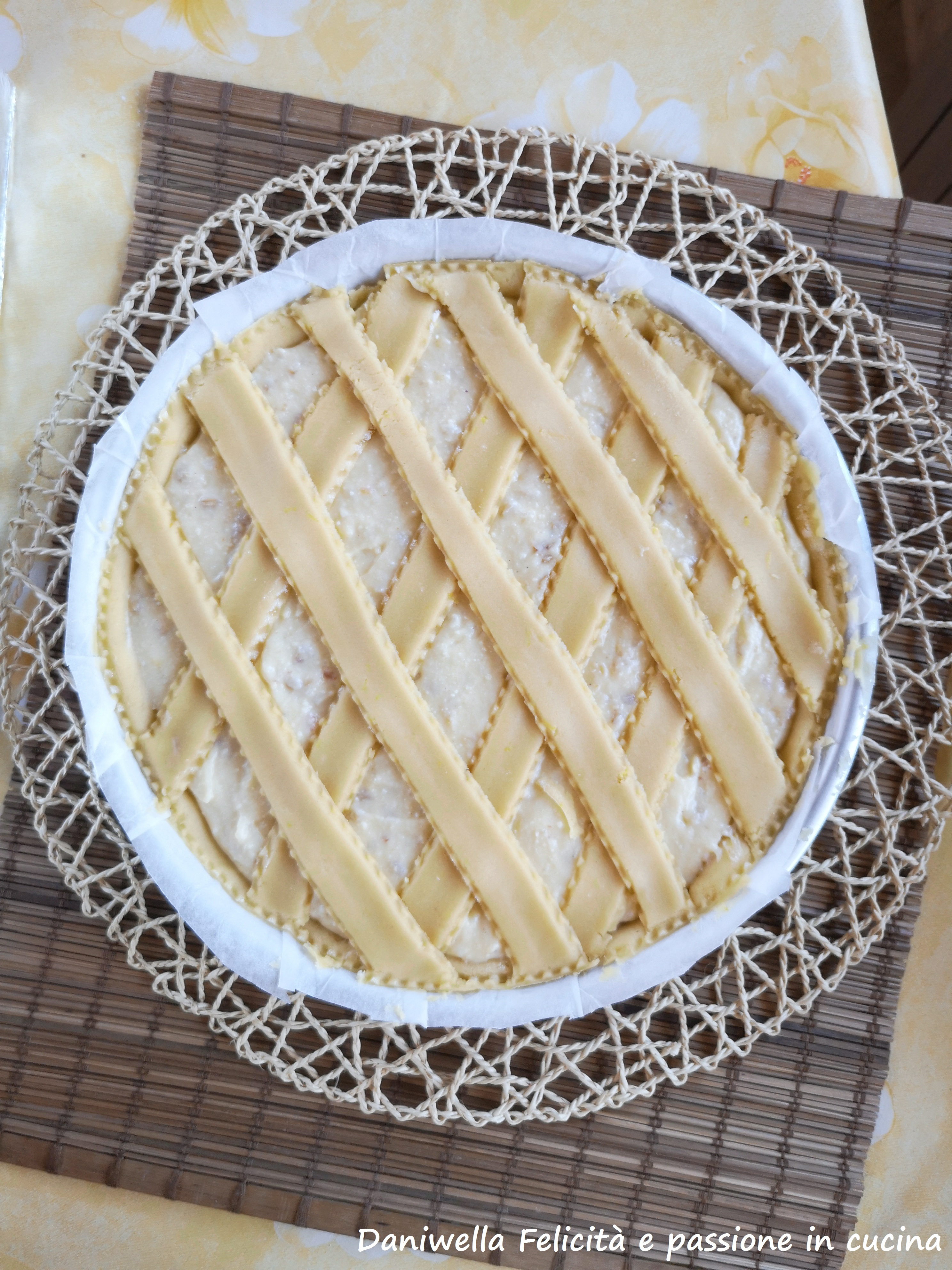 Versatele all'interno della pasta frolla, dopo di che pareggiate la superficie con una rondella. Con le strisce formate dei rombi.