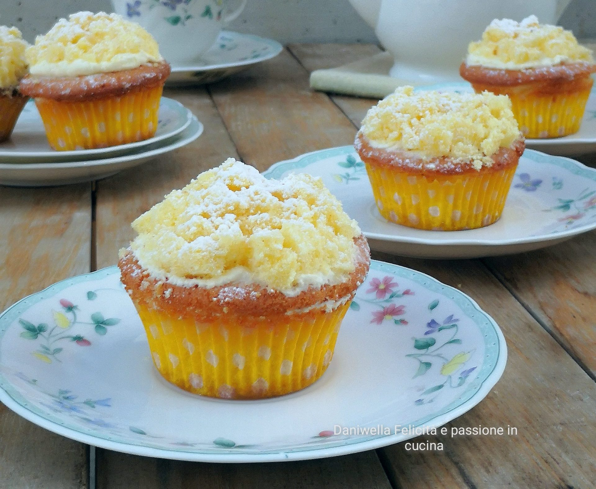 Rimettete sopra la calotta e con un cucchiaio decorate con la panna rimasta. Versate sopra la panna i pezzettini di mollica dei capcake per dargli l'effetto della mimosa. I cupcake sono pronti.