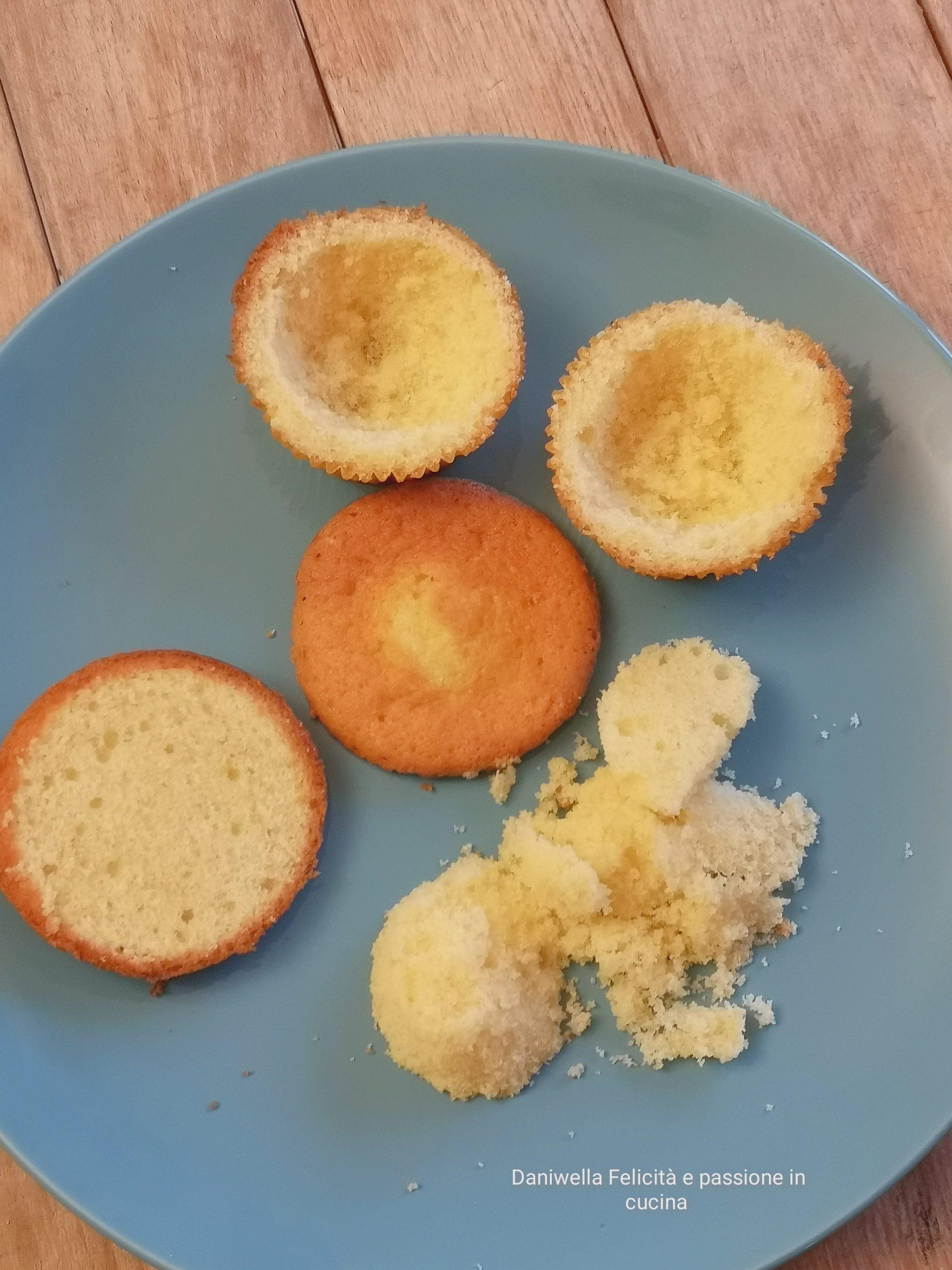 Con un coltello svuotate delicatamente al centro il cupcake e mettete da parte il ripieno.
