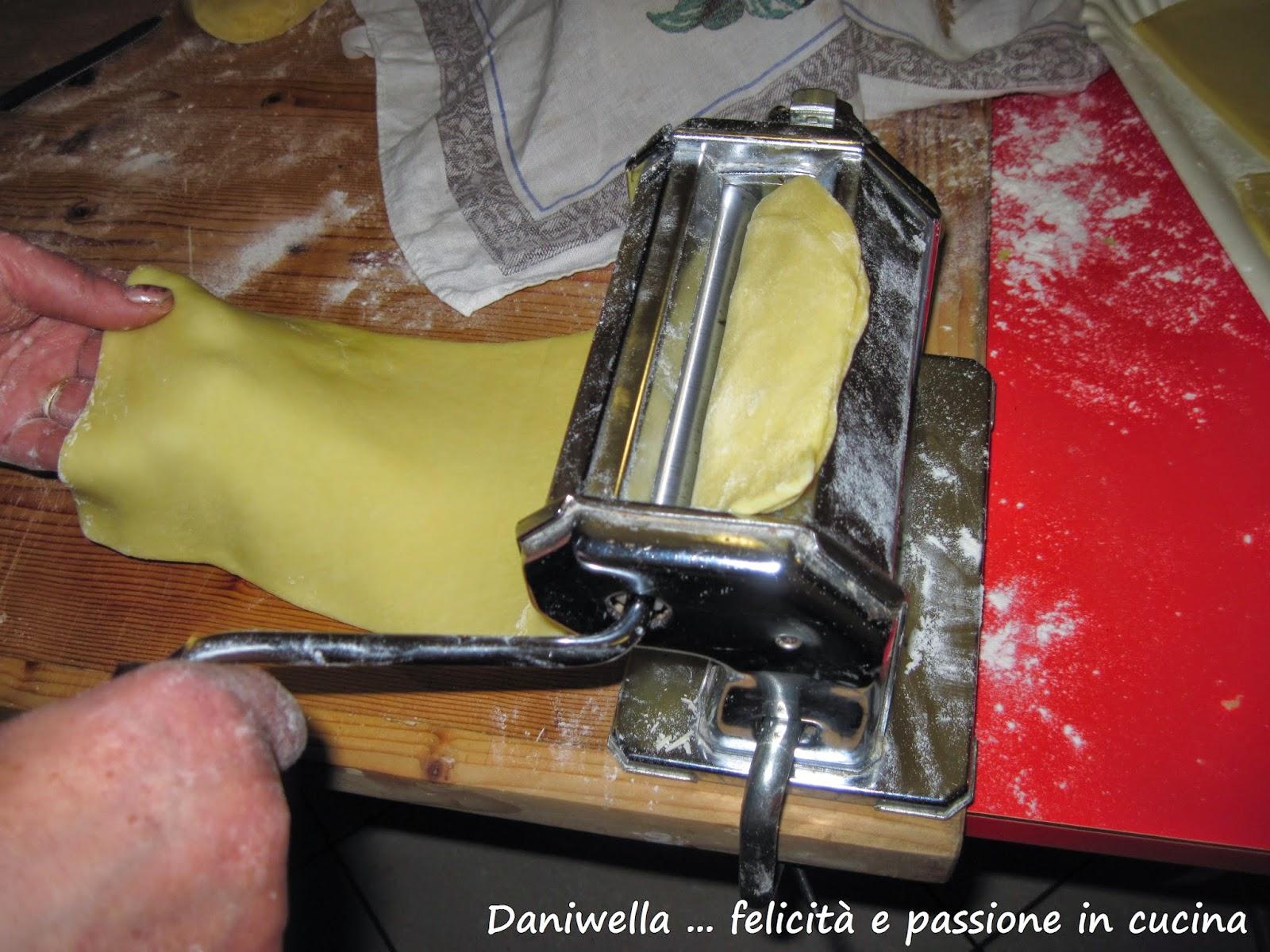 Con il mattarello o con una macchinetta stendete l'impasto a sfoglia sottile e procedete come per i ravioli, cliccate qui per vedere il procedimento per stendere la pasta alla macchinetta.