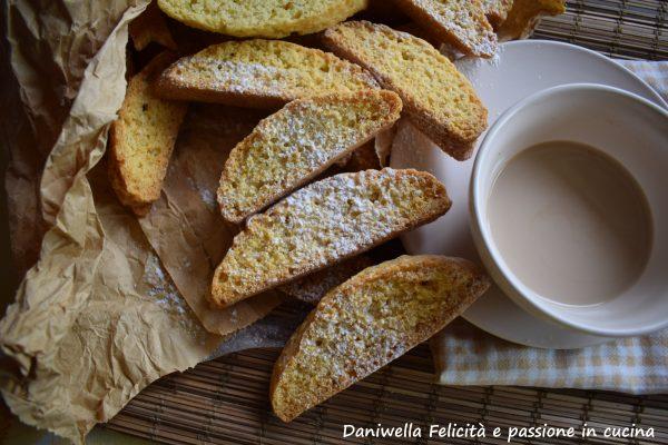 Potete conservarli per diversi giorni in una scatola di latta o in contenitori a chiusura ermetica appositamente per conservare i biscotti. Se vi piace potete spolverizzare i biscotti con dello zucchero a velo in superficie.