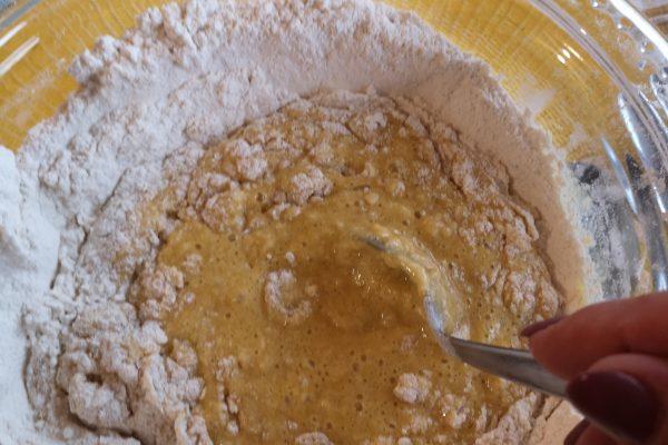 Mescolate fino ad ottenere un composto colloso, piuttosto appiccicoso.