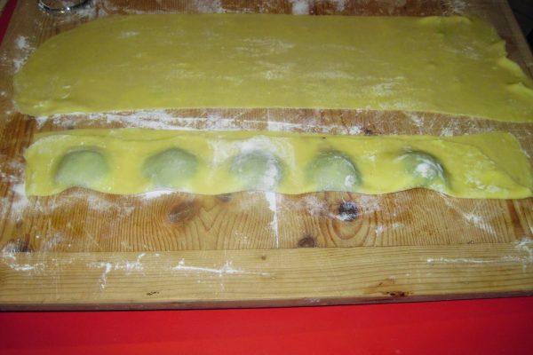 Premete la pasta con la punta delle dita, intorno al ripieno, in modo da far uscire bene l'aria e saldare bene i due lembi di sfoglia.