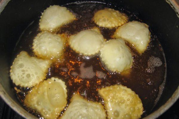 Una volta pronti, friggeteli in olio ben caldo un po' per volta, rigirandoli per farli dorare anche sull'altro lato. I caciunitt devono risultare belli chiari.