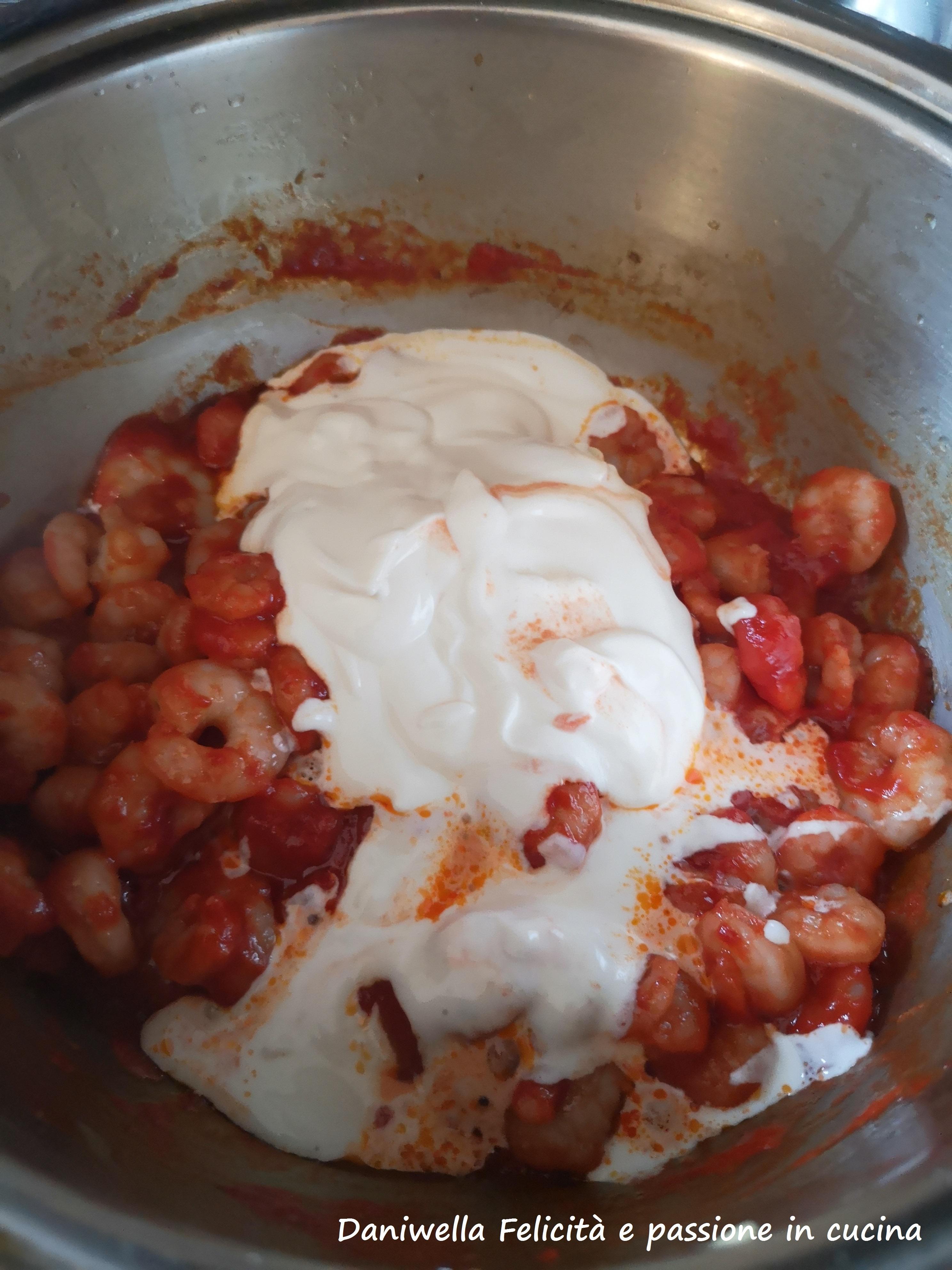 Infine aggiungete la panna e cuocete a fuoco basso per 2 minuti.
