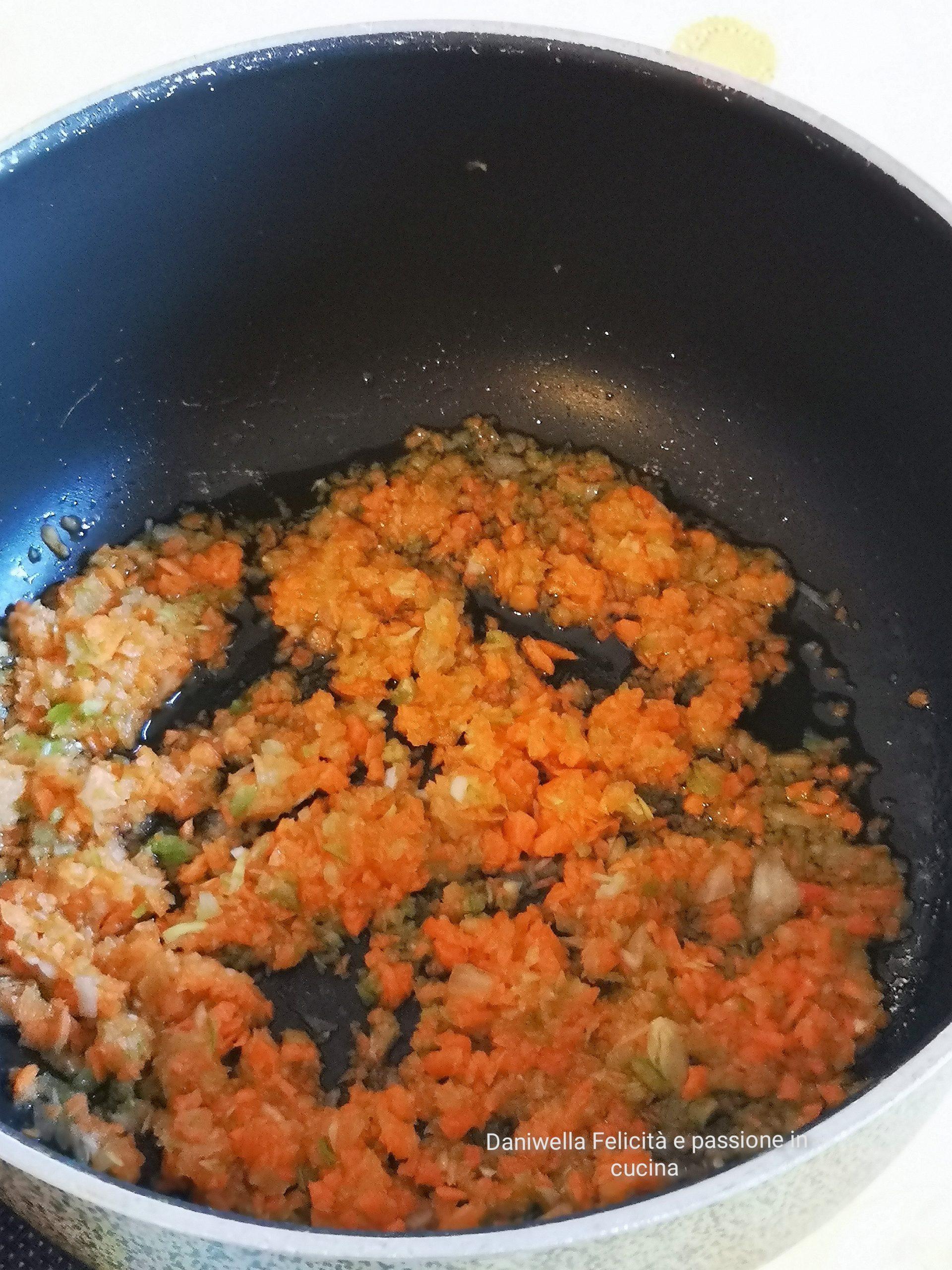 In una pentola capiente mettete l'olio e.v.o e l'aglio, soffriggete a fuoco alto per 30 secondi eppoi aggiungete il trito per soffritto e fate andare ancora per 3 minuti.