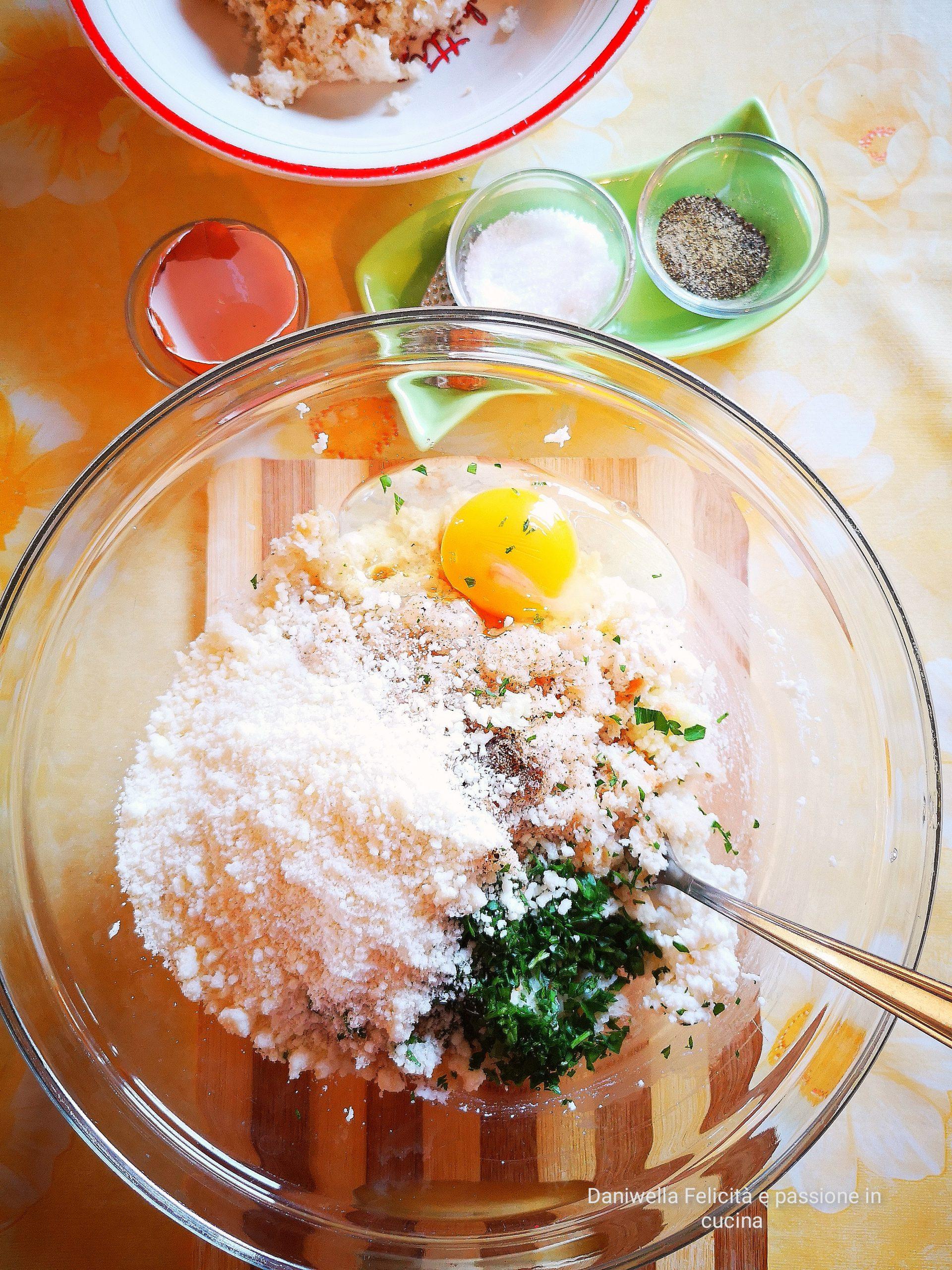 Mettete a bagno il pane e fatelo ammorbidire. Scolatelo, tritatelo con le mani e pesatene 200 g. In una ciotola mescolate la ricotta che avrete precedentemente schiacciato con una forchetta, il pane, l'uovo, il prezzemolo, il parmigiano reggiano, l'aglio, il pepe e la noce moscata.