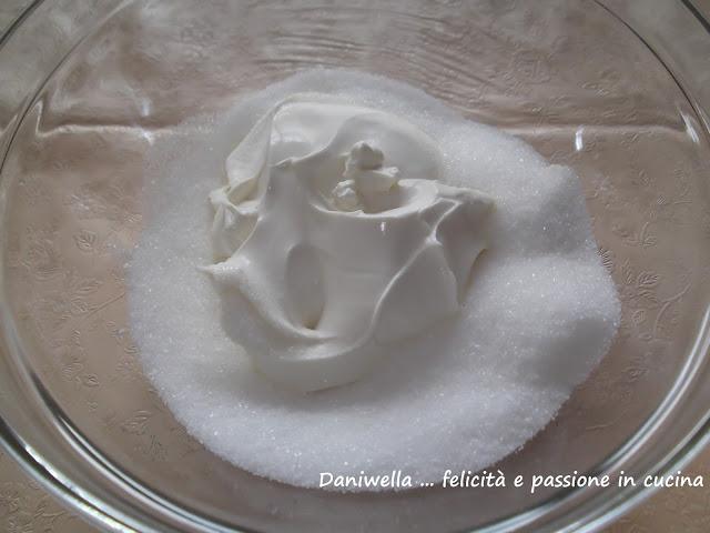 In una ciotola mescolate lo zucchero con il mascarpone.