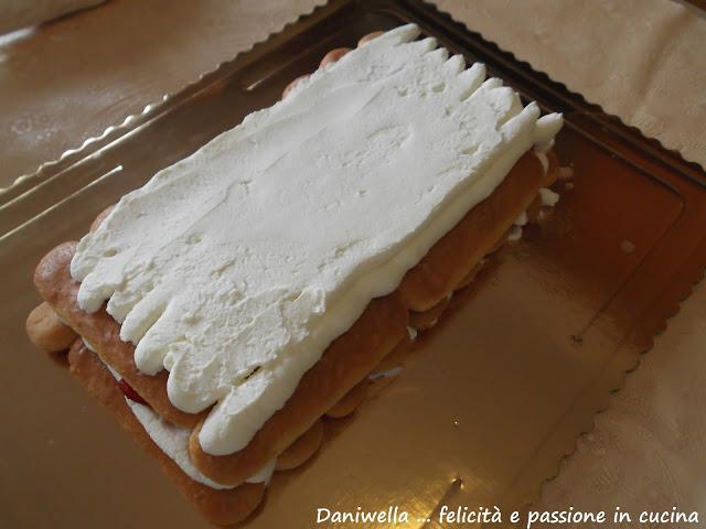 Versate uno strato di crema al mascarpone e fragole, quelle usate per macerare, io mi sono aiutata mettendo la crema in un sac a pochè.