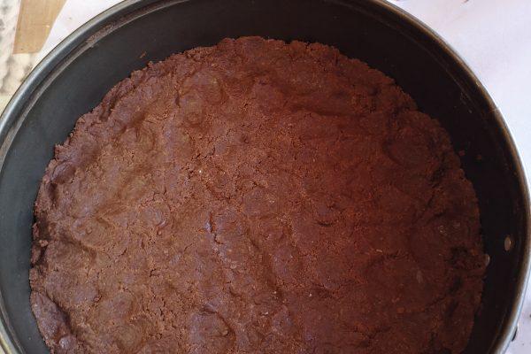 Rivestite uno stampo di cm 26 di dm, con della carta forno sulla base, versateci due terzi dell'impasto e schiacciatelo sulla base e sui bordi. Mettete da parte.