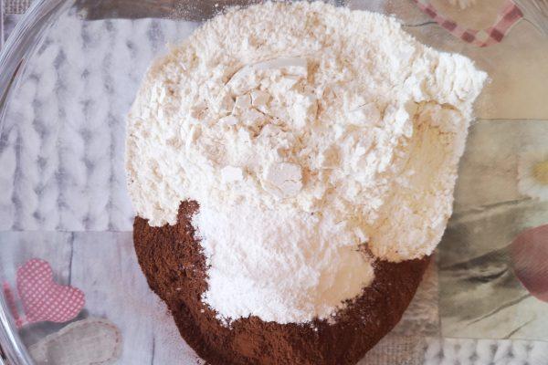 Preriscaldate il forno a 180°. In una ciotola setacciate farina, lievito e cacao e amalgamateli.