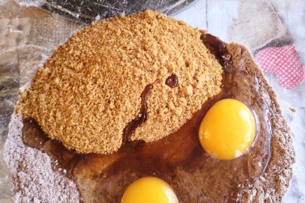 .Aggiungete lo zucchero e le uova, mescolate fino ad ottenere delle grosse briciole.