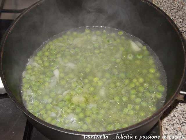 A questo punto calate i piselli, mescolate e aggiungete l'acqua degli asparagi e cuocete per 20 minuti. Se l'acqua si dovesse ritirare e i piselli non fossero ancora teneri, aggiungerne altra uno o 2 mestoli alla volta.