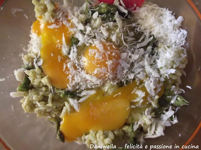In una ciotola mescolate il riso avanzato, le uova, il formaggio, il sale e il pepe.
