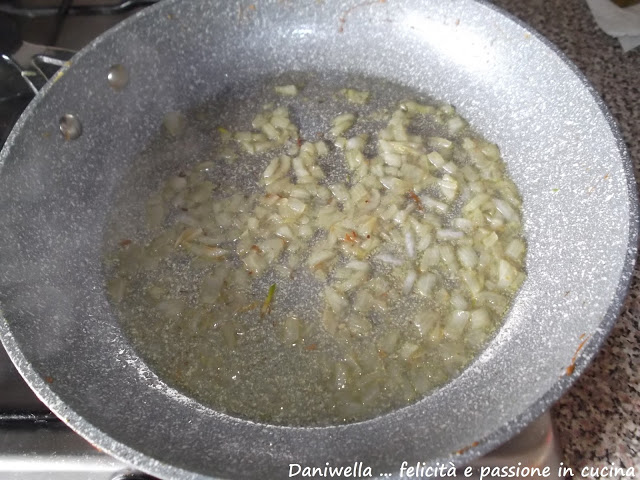 Passate ora alla preparazione del risotto. In una pentola capiente fate stufare la cipolla affettata o a tocchetti, con 2/3 cucchiai di olio e.v.o.