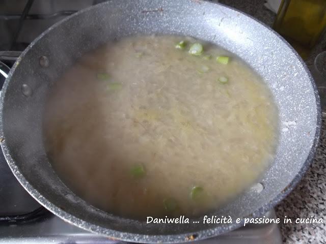 Aggiungete un mestolo di brodo caldo di asparagi alla volta, aggiungendo il seguente solo dopo che il precedente si è assorbito. Continuate così per 15/20 minuti, che sarà il tempo di cottura del riso.