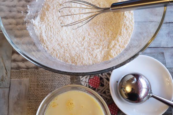 Fate scaldare il forno a 180°. Rivestite 12 stampini da muffin con i pirottini di carta. In una ciotola mescolate la farina, il parmigiano grattugiato, lo zucchero, il lievito, il pepe e il sale. Nell'altra ciotola mescolate le uova, l'olio, il latte.