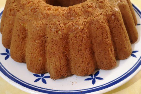 Lasciatelo lievitare in un luogo tiepido, magari in forno spento con la luce accesa, fino a quando l'impasto non avrà raggiunto i bordi dello stampo, il mio ci ha messo 4 ore circa. Cuocete in forno preriscaldato  a 180° e cuocete per 25/30 minuti controllando la cottura dal vetro del forno.Quando assumerà un colore ambrato il dolce sarà cotto. Sfornate e lasciate intiepidire. Aspettate  30 minuti prima di togliere la torta dallo stampo. Fate raffreddare,