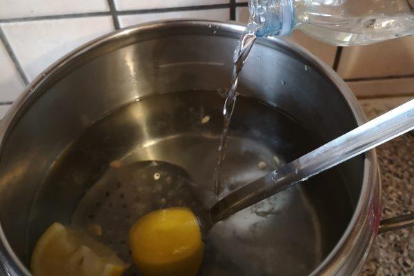 Preparate la crema mentre la torta cuoce usando le dosi che vi ho scritto sopra. Cliccate QUI per vedere il procedimento. Quando il Babà sarà perfettamente freddo passate all'ultima fase. Preparate la bagna. In una pentola versate l'acqua, lo zucchero, il succo e il limone stesso, portate a sfiorare il bollore. Spegnete il fuoco e versateci dentro il rum. Mescolate e lasciate in infusione per 5 minuti.