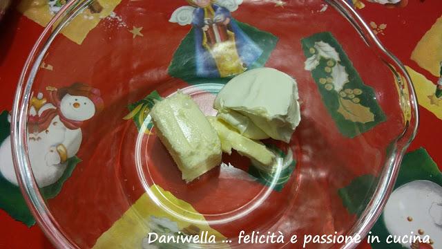 In un'altra ciotola lavorate il formaggio e il burro fino ad amalgamarli bene.