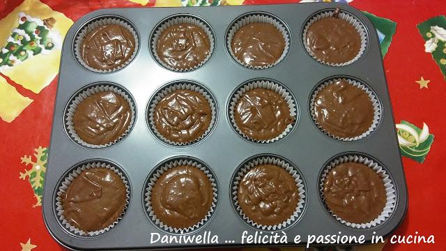 Con l'impasto riempite ogni stampino per due terzi. Infornate gli stampini e cuoceteli per 20 minuti o finché i cupcake non saranno dorati.