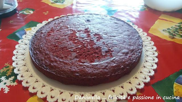 Procedete ora ad assemblare la torta.  Farcite l'interno della Red velvet con la crema e proseguite mettendo le basi una sopra l'altra.