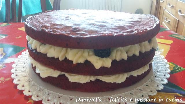 Poggiate il terzo disco di torta, spatolate la crema e decorate a vostro piacimento o come ho fatto io con i ribes o i lamponi. Completate con le foglioline di zucchero.