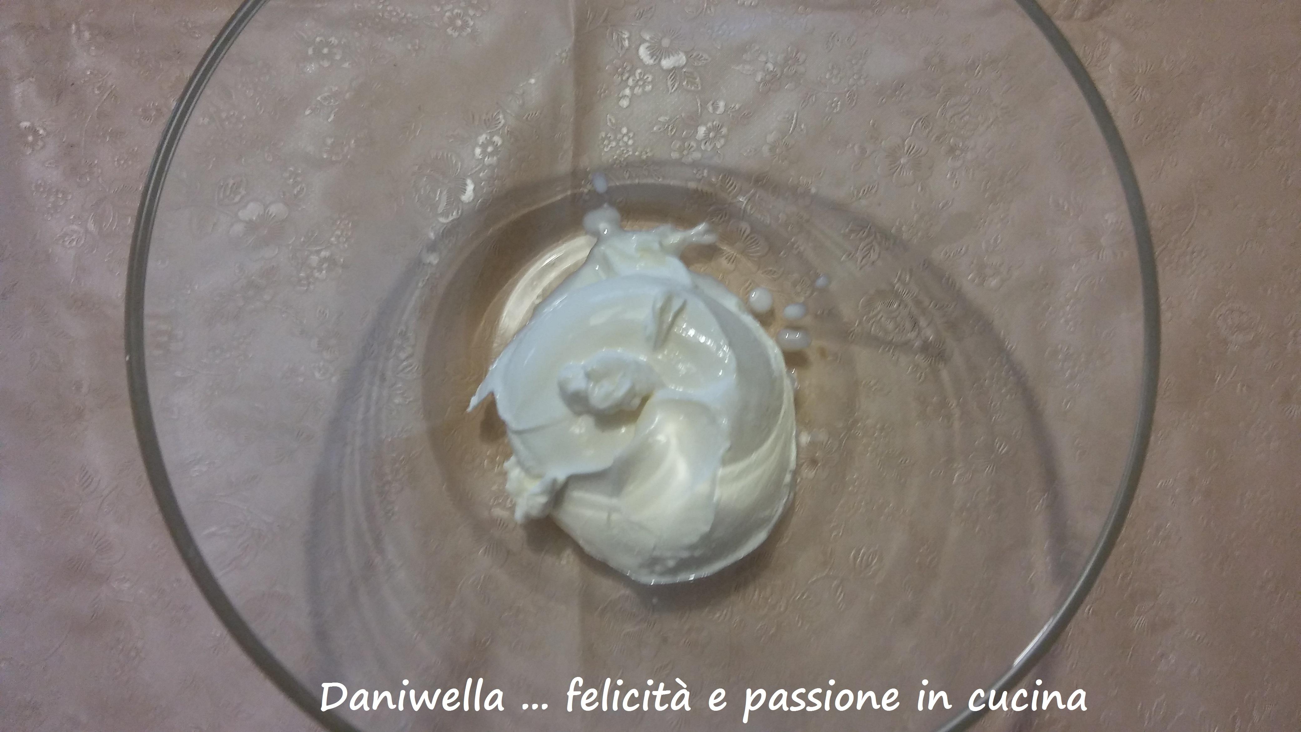 In una ciotola amalgamare il mascarpone con una frusta a mano per renderlo più morbido. Unite i 2 cucchiaini di burro di arachidi (l'ingrediente segreto) se avete deciso di usarlo e amalgamate al mascarpone.