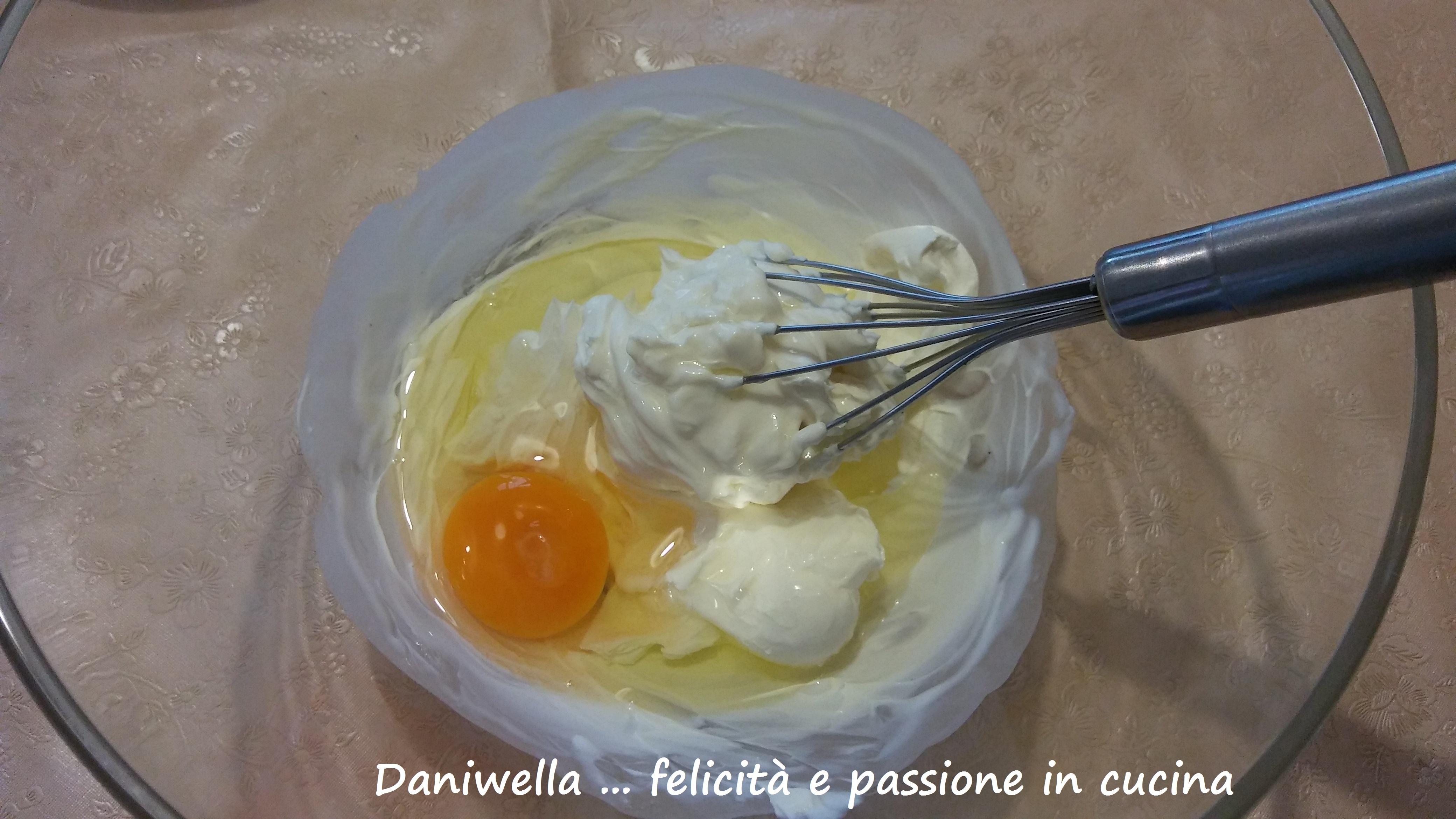 Aggiungere le uove una alla volta, avendo l'accortezza di non aggiungere la seguente, se quella prima non è stata perfettamente amalgamata.