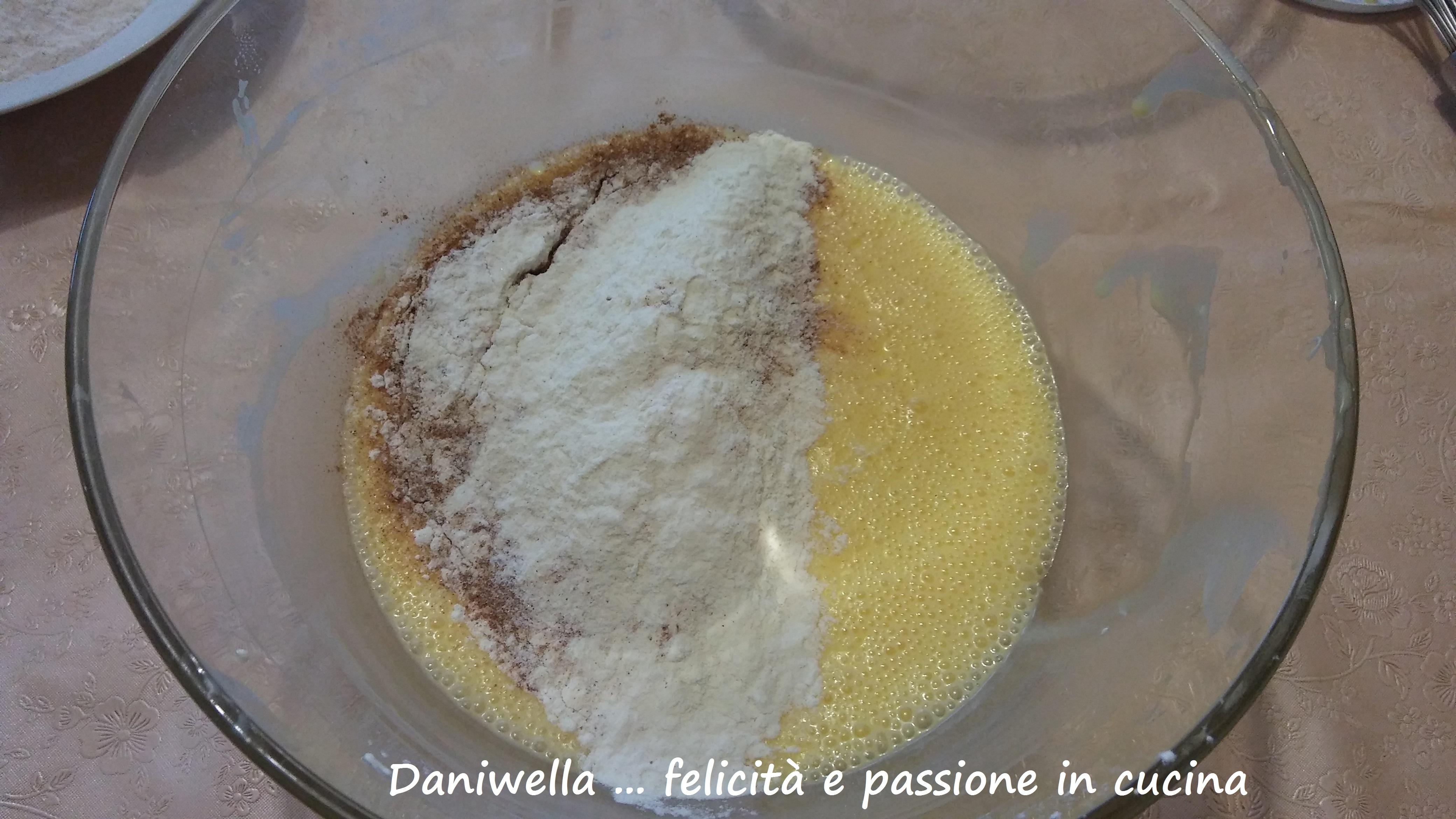 Ora aggiungete lo zucchero, la cannella, la scorza del limone, la vaniglia, il sale e la farina setacciata.