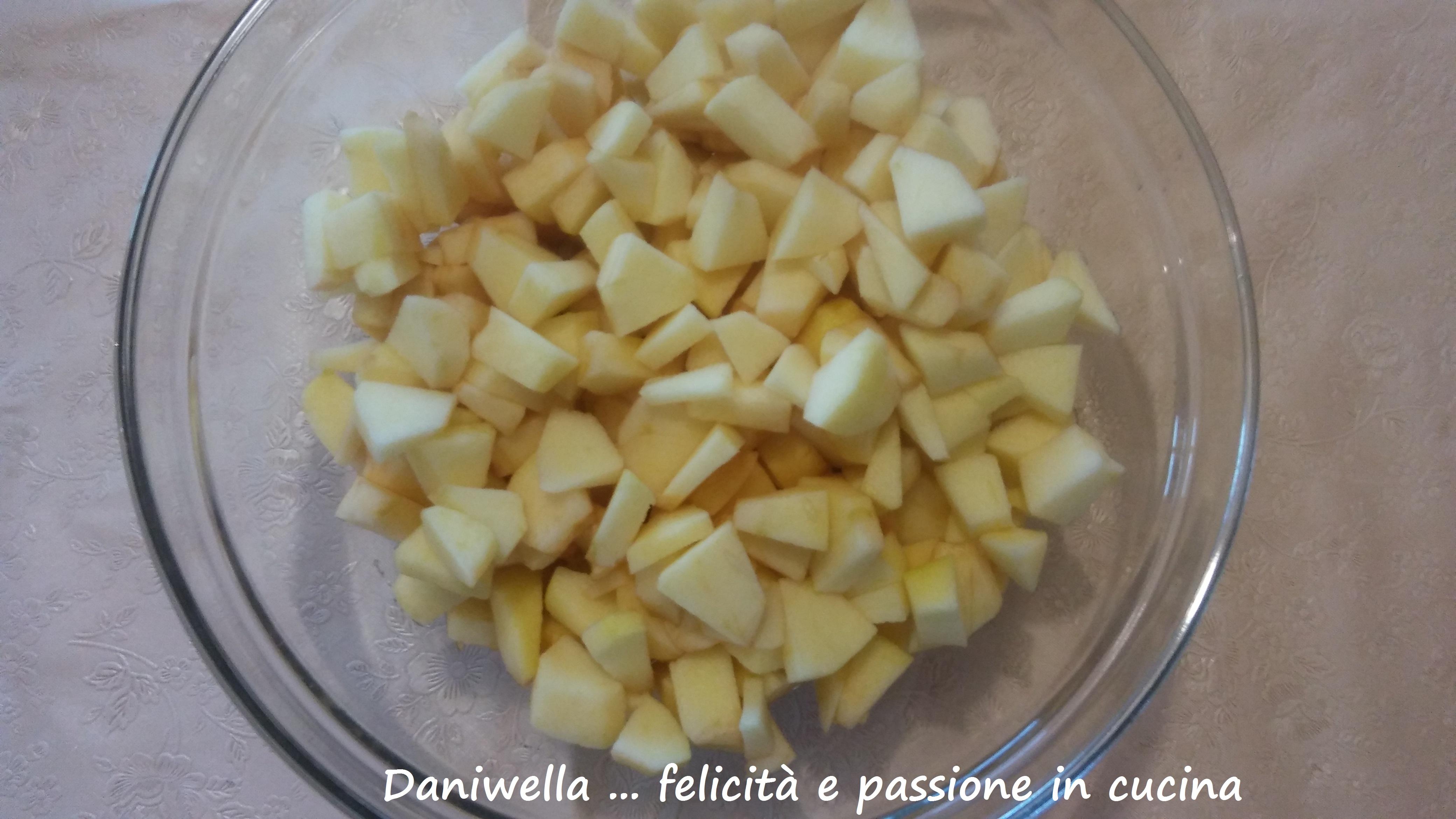 Sbucciate ora le mele e fatele a tocchetti medi (magari fatevi aiutare da altre due mani a fare questa operazione per velocizzare il tutto).