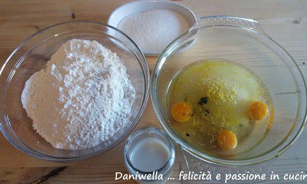 Preriscaldate il forno a 180°. Foderate 2 leccarde con della carta forno. Preparate lo zucchero per decorare e la farina da usare dentro una ciotola. Sciogliete l'ammoniaca nel latte tiepido.