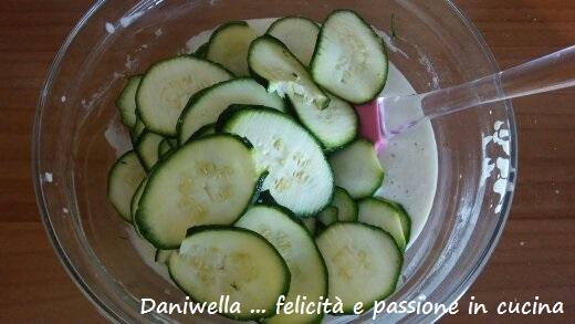 Tagliare le zucchine sottili con l'aiuto di una mandolina.