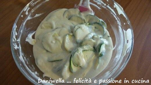 Unire le zucchine alla pastella e mescolate per amalgamarli.