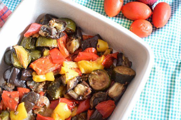 Inforniamo in forno caldo a 180° e facciamo cuocere per 1 ora rigirando le verdure con un cucchiaio a metà cottura.