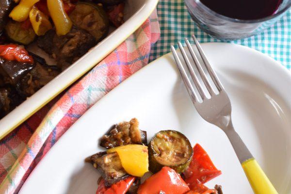 Le verdure gratinate al forno sono pronte per essere mangiate come piatto unico o come accompagnamento a piatti di carne e pesce.