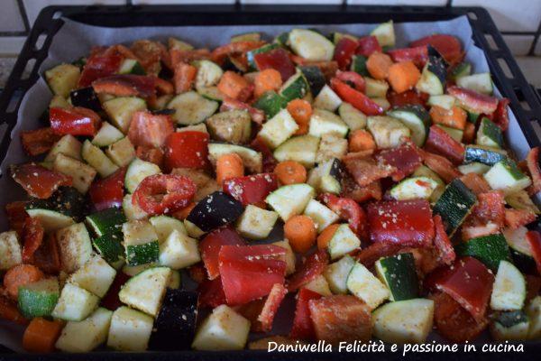 Preriscaldiamo il forno a 180°.  Laviamo le verdure. In una ciotola tagliamo a cubetti le melanzane e le zucchine. In cubetti più piccoli i peperoni e le carote a rondelle. Mondate le cipolle di tropea e tagliatele in 4 parti, queste andranno aggiunte 20 minuti dopo l'inizio della cottura. Condiamo le verdure con l'olio e il sale se lo usiamo. Mescoliamo per bene. Prendiamo una teglia e rivestiamola di carta forno, versiamo le verdure e spolveriamole con i semi di sesamo e il pan grattato.