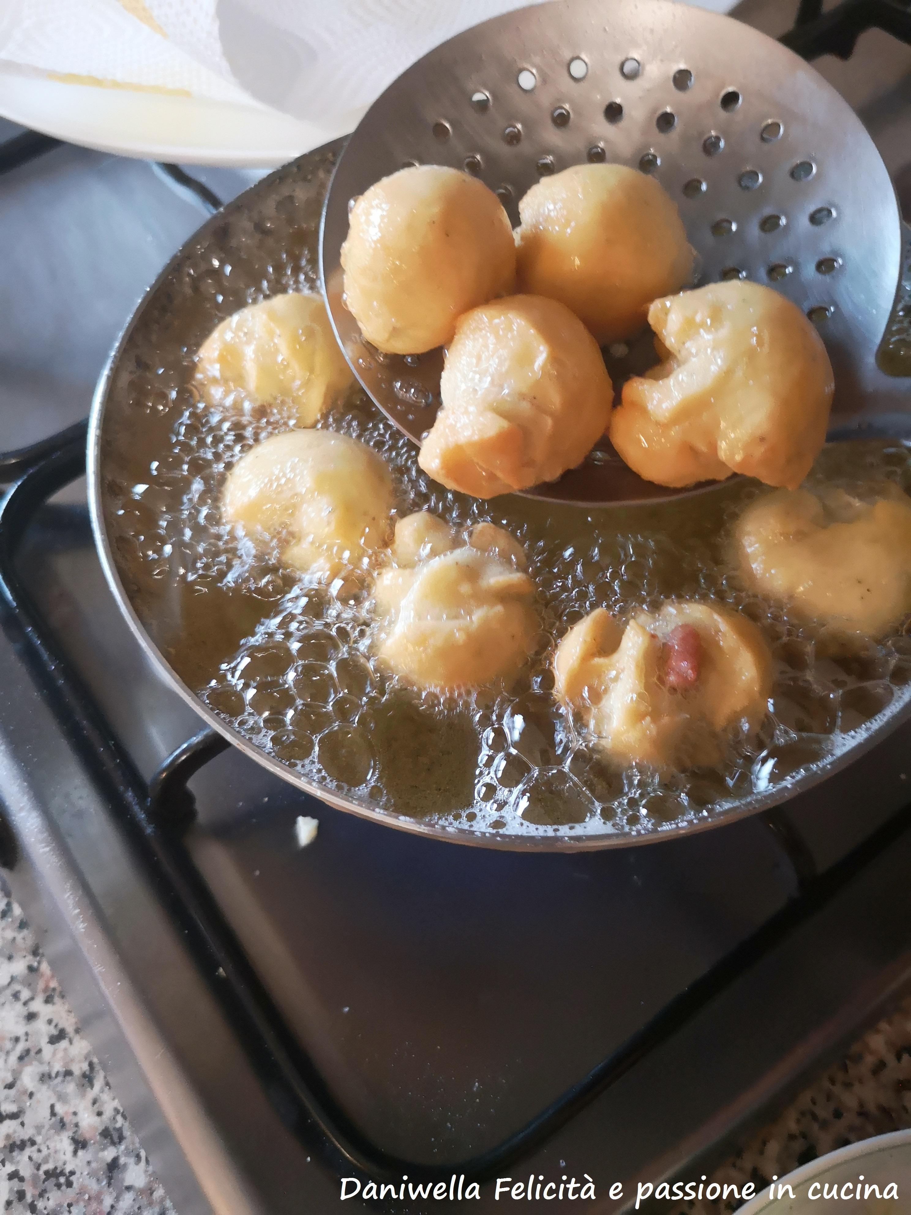 Friggete le castagnole salate in olio caldo fino a doratura. Fate scolare su carta assorbente e servite.