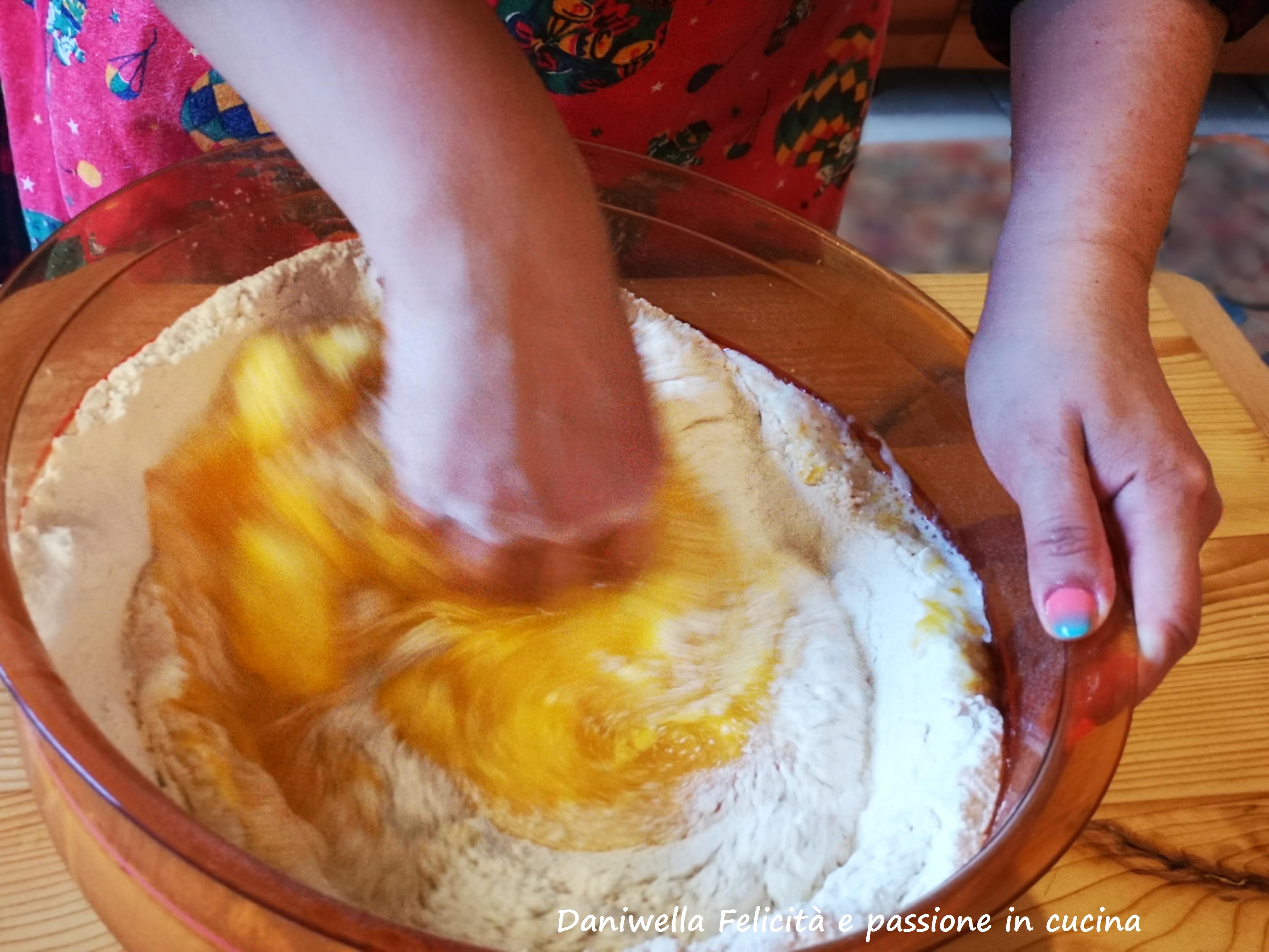 Mescolate partendo dal centro e tirando pian piano la farina verso i liquidi.