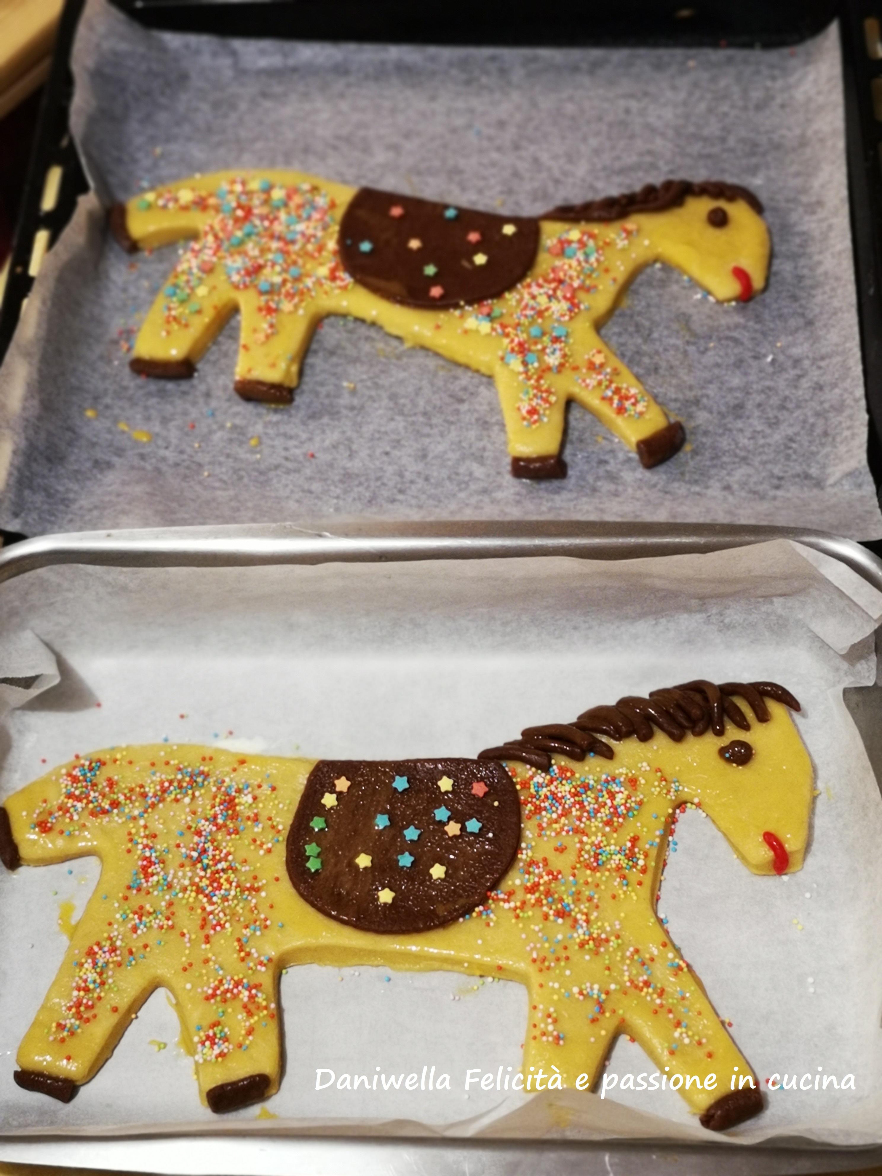 …e ai vostri cavalli. Usate gli zuccherini colorati per decorare il resto.
