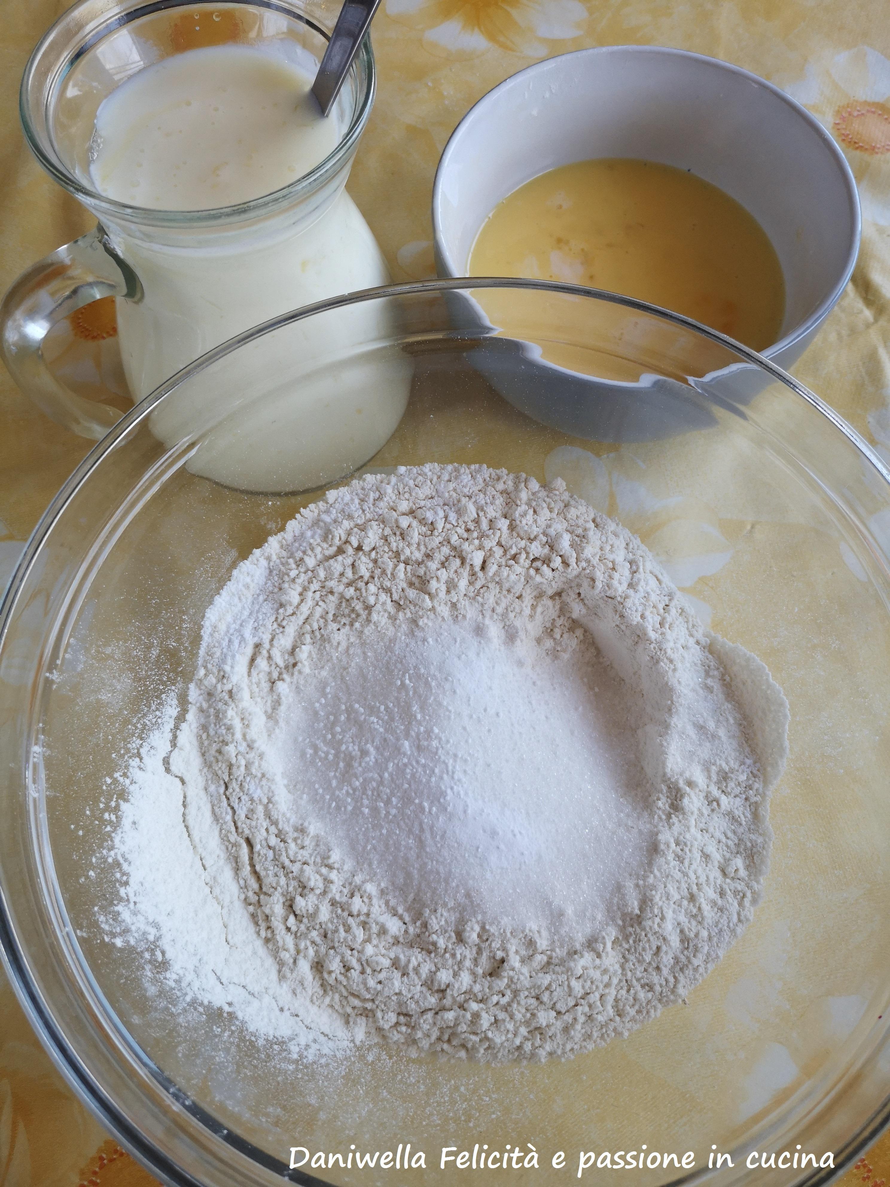 In una ciotola capiente mescolate la farina setacciata insieme al lievito, lo zucchero e il sale. Sbattete le uova quel tanto da far amalgamare per bene il tuorlo con l'albume.