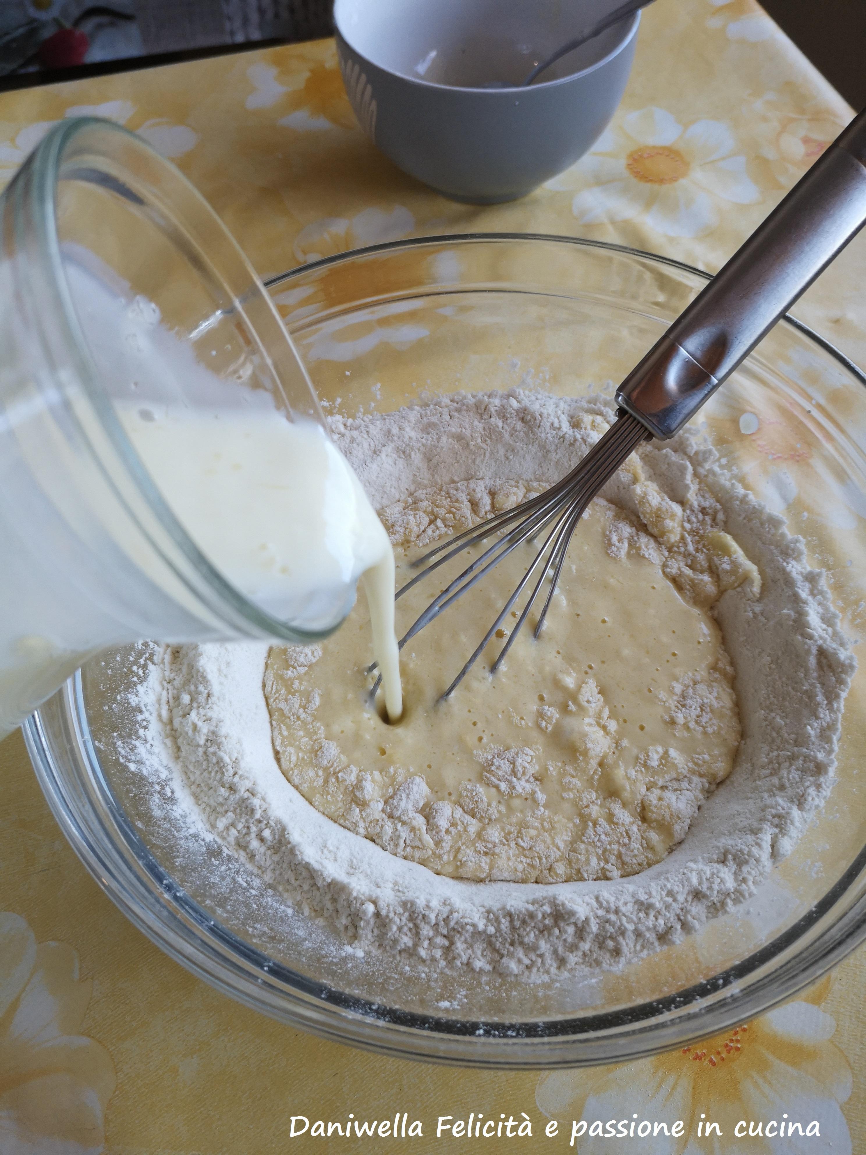 Unite il composto di uova e il latticello e amalgamateli usando una frusta.